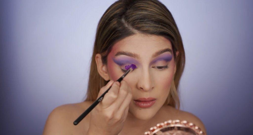 Aprende a hacer un maquillaje de fantasía de la mano de Mariana Zambrano ¡Tutorial! Aplicar el pigmento morado