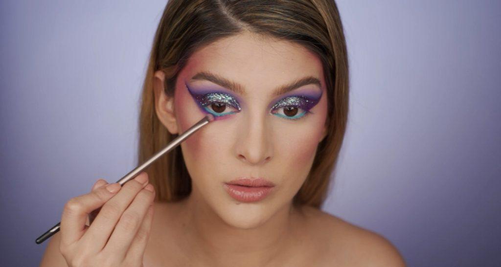 Aprende a hacer un maquillaje de fantasía de la mano de Mariana Zambrano ¡Tutorial! Aplica sombra morado-fucsia debajo de la línea de agua