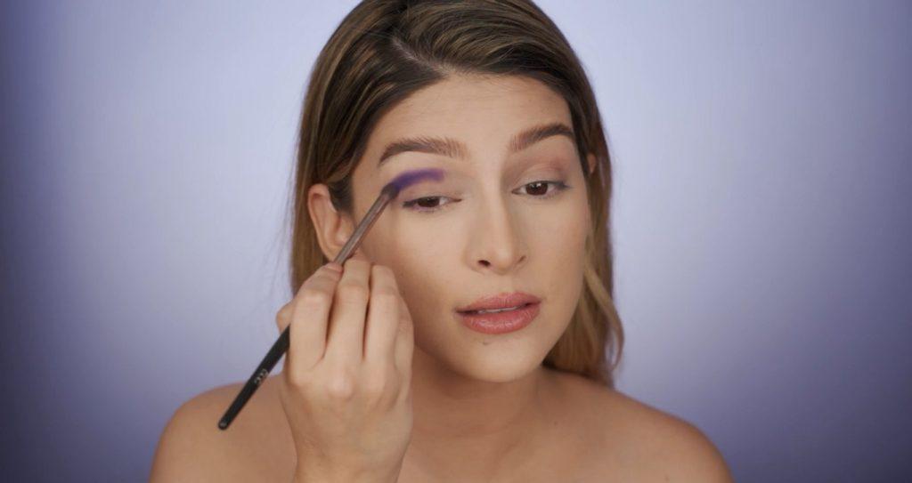 Aprende a hacer un maquillaje de fantasía de la mano de Mariana Zambrano ¡Tutorial! Aplica la sombra en tono morado