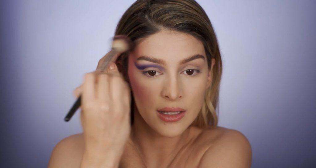 Aprende a hacer un maquillaje de fantasía de la mano de Mariana Zambrano ¡Tutorial! Aplica el tono rosa en el contorno