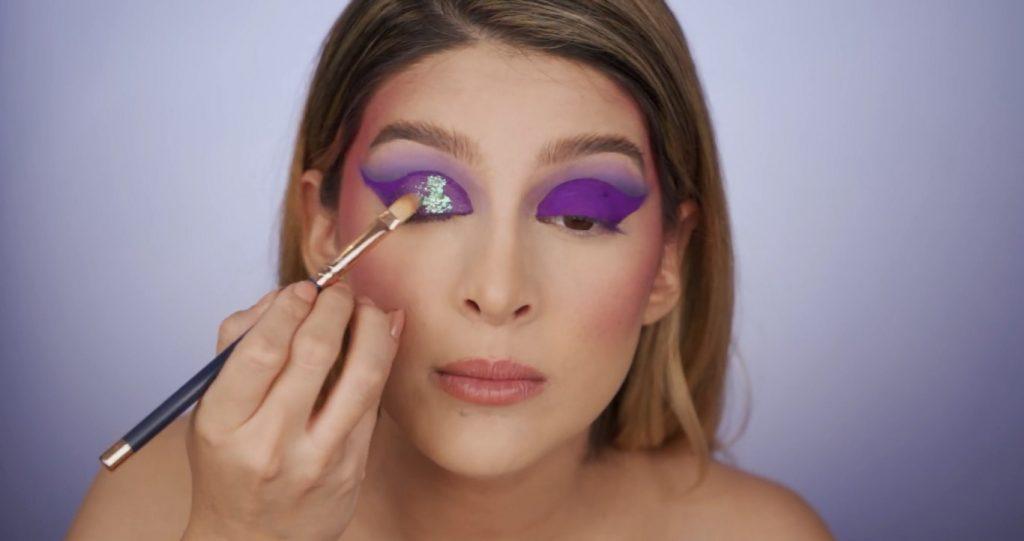 Aprende a hacer un maquillaje de fantasía de la mano de Mariana Zambrano ¡Tutorial! Colocar las hojuelas
