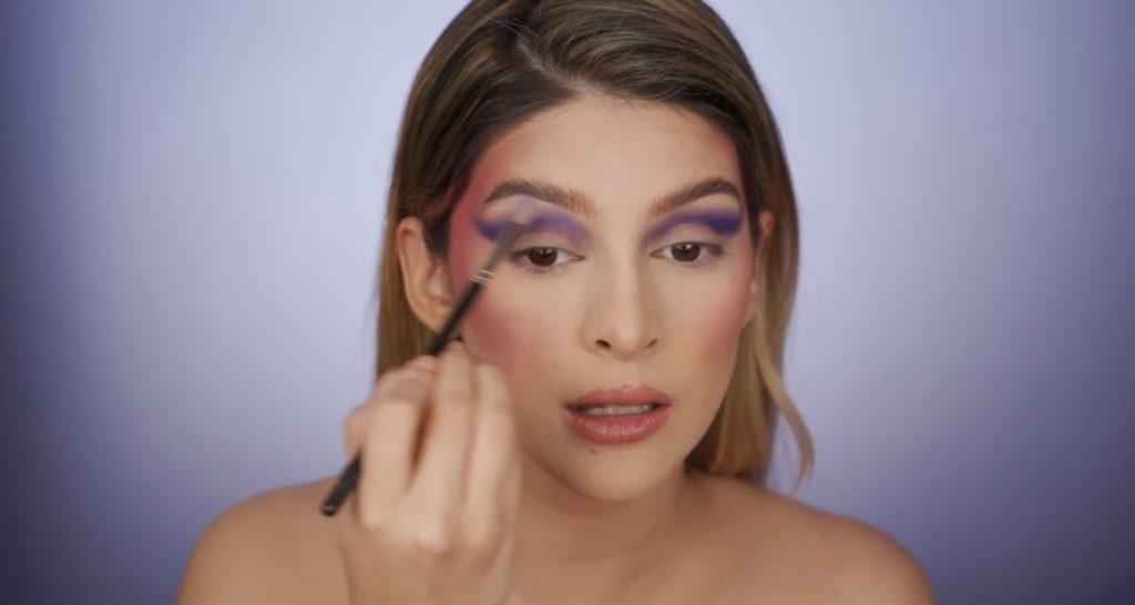 Aprende a hacer un maquillaje de fantasía de la mano de Mariana Zambrano ¡Tutorial! Aplica sombra lila para degradar