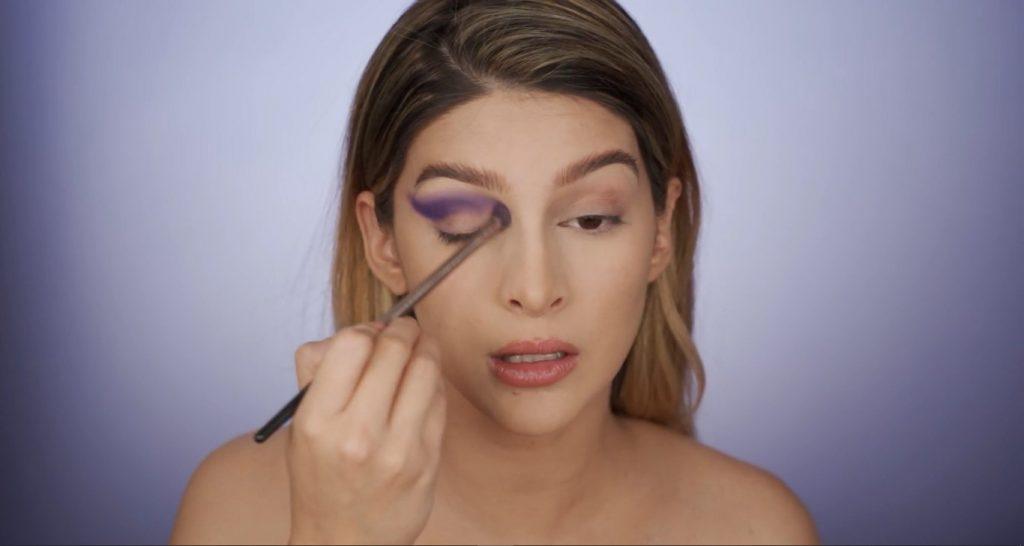 Aprende a hacer un maquillaje de fantasía de la mano de Mariana Zambrano ¡Tutorial! Difumina la sombra en tono morado
