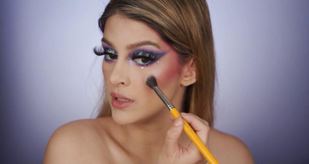 Aprende a hacer un maquillaje de fantasía de la mano de Mariana Zambrano ¡Tutorial! Aplicar iluminador