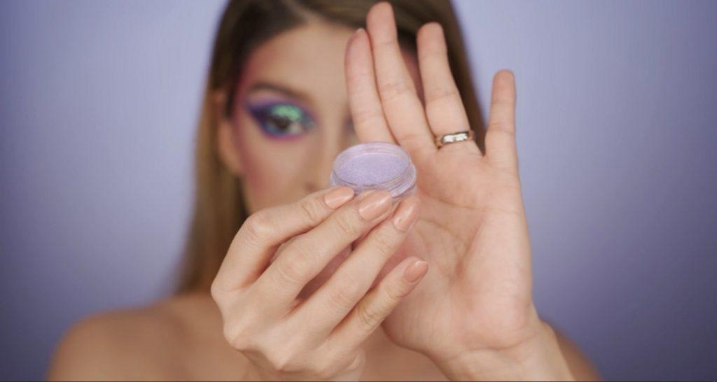 Aprende a hacer un maquillaje de fantasía de la mano de Mariana Zambrano ¡Tutorial! Pigmento en polvo lila