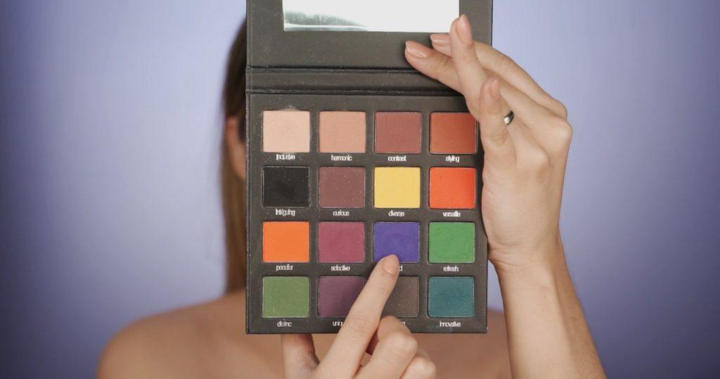 Aprende a hacer un maquillaje de fantasía de la mano de Mariana Zambrano ¡Tutorial! sombra tono morado