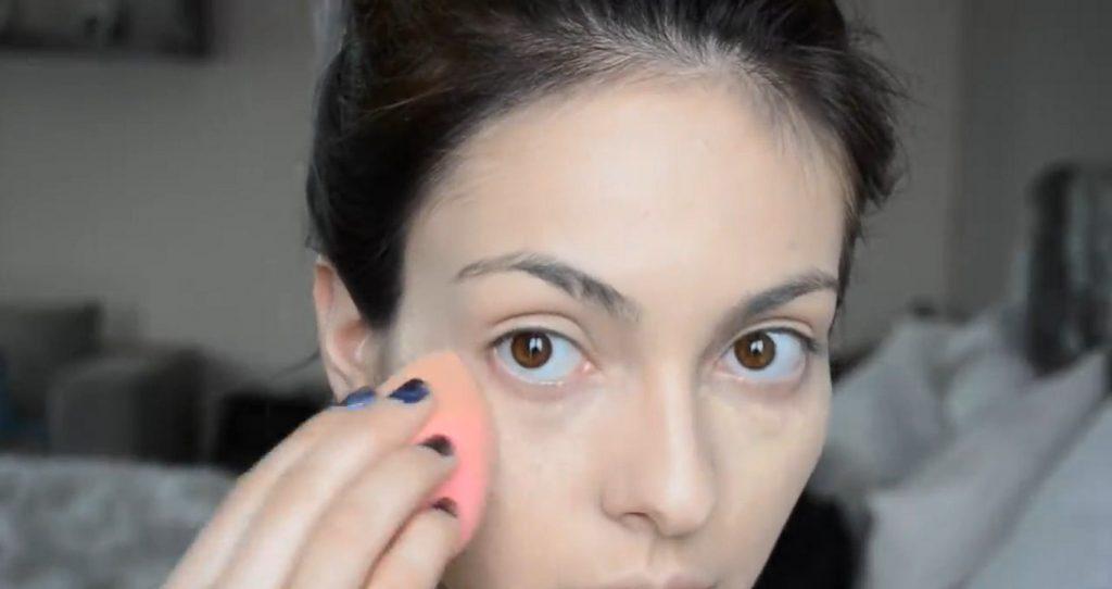 Maquillaje natural para la noche ¡Tutorial! Aplica corrector en las ojeras