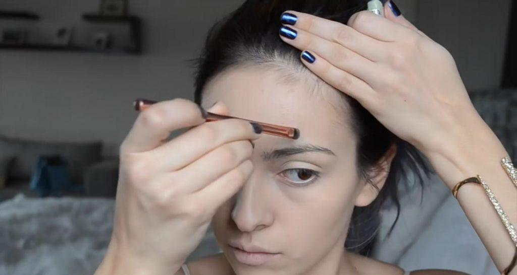 Maquillaje natural para la noche ¡Tutorial! Aplica corrector verde en imperfecciones