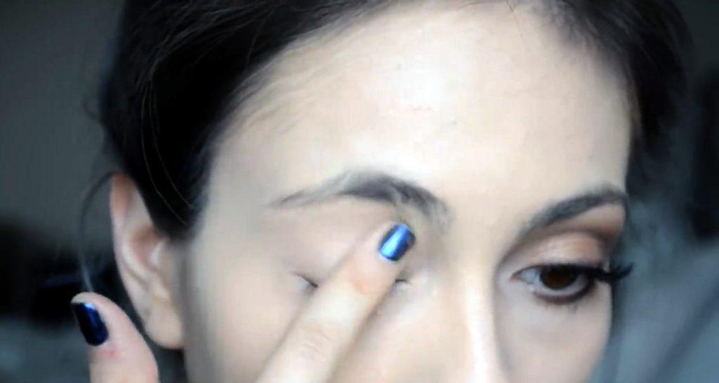 Maquillaje natural para la noche ¡Tutorial! Aplica prebase en tus párpados