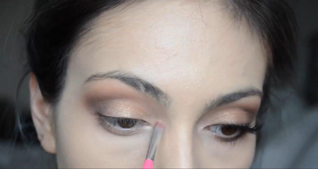 Maquillaje natural para la noche ¡Tutorial! Aplicar sombra blanca metalizada en el lagrimal