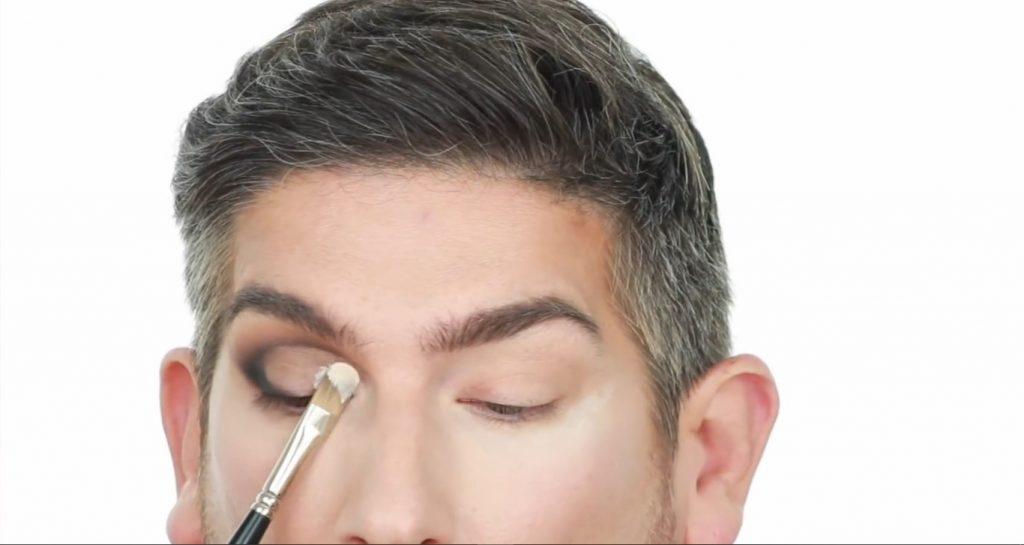 Conoce los productos Mary Kay de la mano de Martin Catalogne Makeup aplica corrector para hacer el cut crease