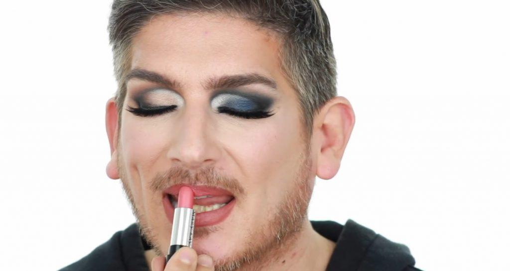 Conoce los productos Mary Kay de la mano de Martin Catalogne Makeup aplica el labial en gel