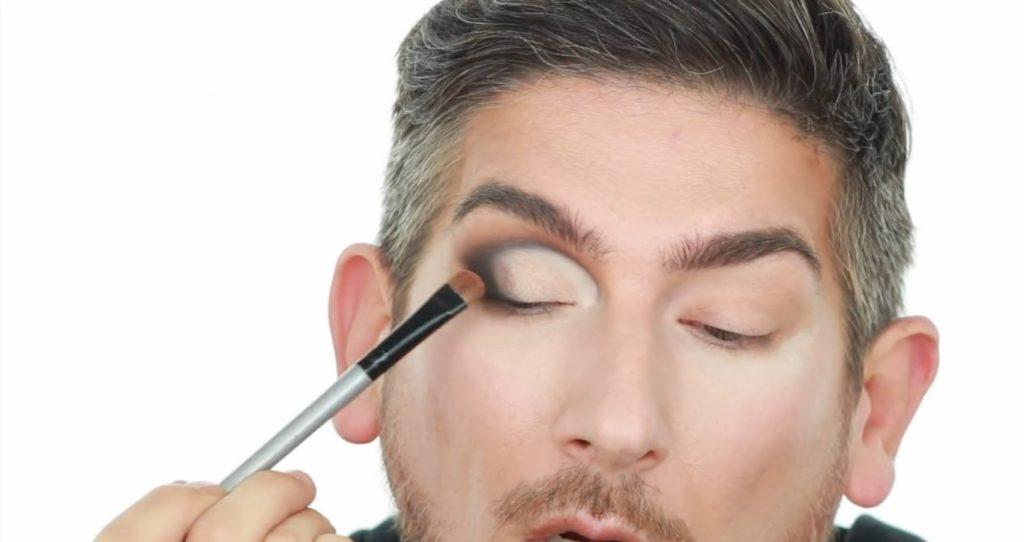 Conoce los productos Mary Kay de la mano de Martin Catalogne Makeup aplica la sombra en el tono bronce metalizado