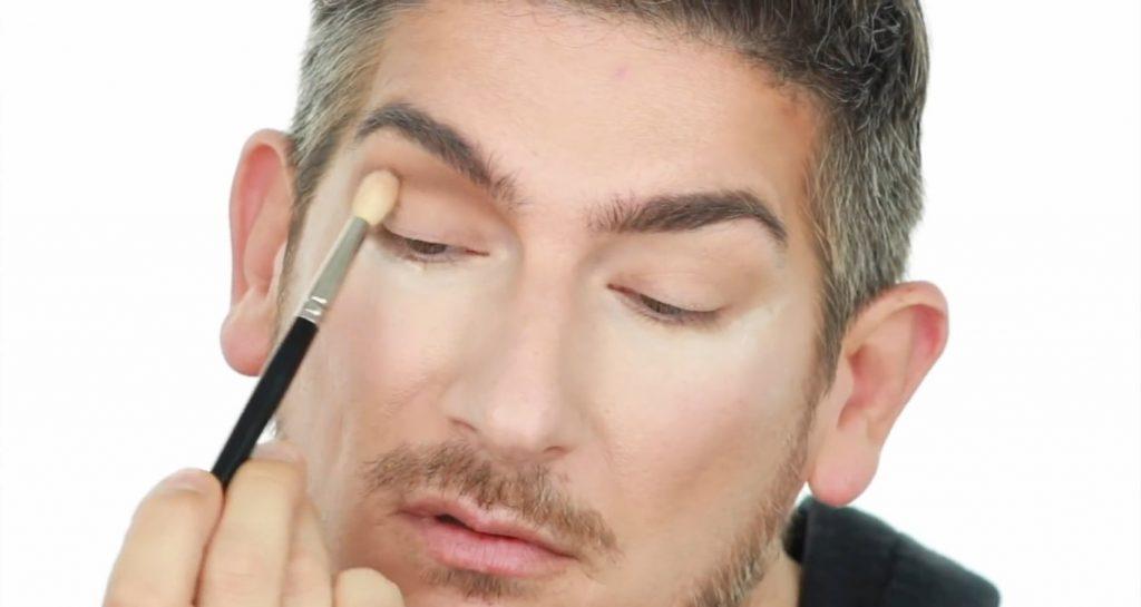 Conoce los productos Mary Kay de la mano de Martin Catalogne Makeup aplica la sombra tono chocolate