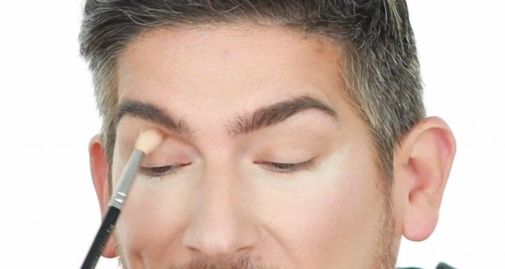 Conoce los productos Mary Kay de la mano de Martin Catalogne Makeup aplica la sombra tono hueso