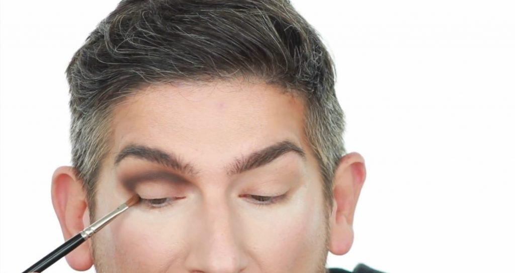 Conoce los productos Mary Kay de la mano de Martin Catalogne Makeup aplica la sombra tono negro