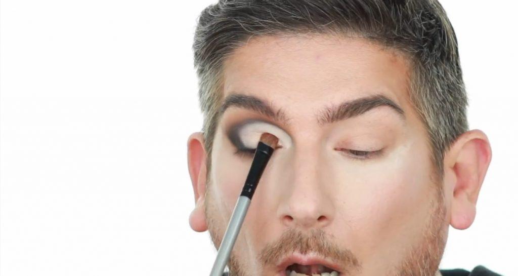 Conoce los productos Mary Kay de la mano de Martin Catalogne Makeup aplica la sombra en el tono dorado metalizado