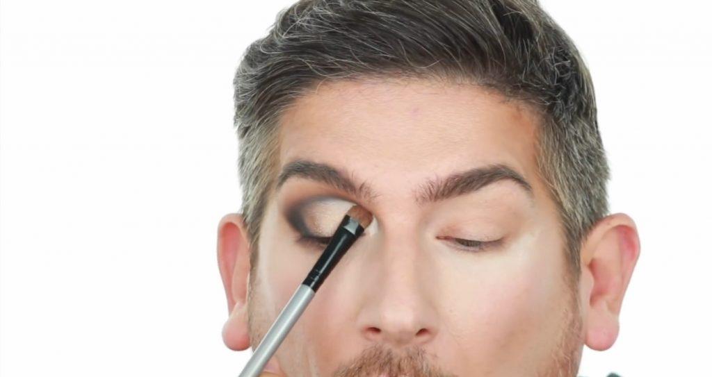 Conoce los productos Mary Kay de la mano de Martin Catalogne Makeup aplica la sombra en el tono champagne metalizado