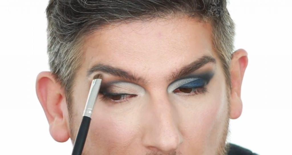 Conoce los productos Mary Kay de la mano de Martin Catalogne Makeup  aplica sombra en el tono hueso claro