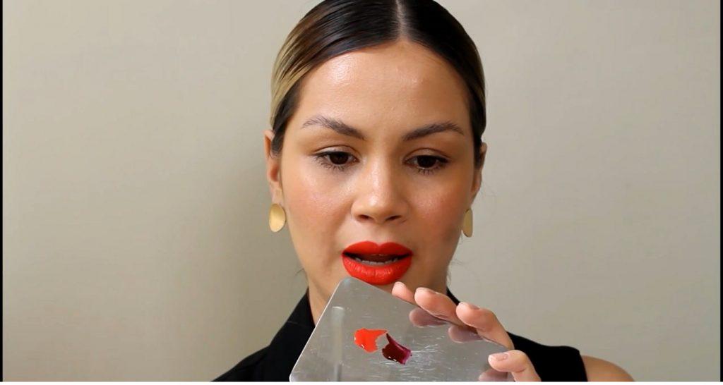 Técnica de maquillaje labios ombré o degradado mezcla el tono rojo con el vino
