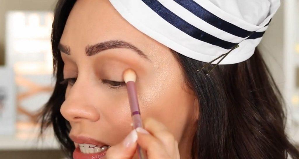 Conoce Sailor Collection, lo nuevo de Kylie Cosmetics, de la mano de Rosy McMichael difumina la sombra Tidal Wave