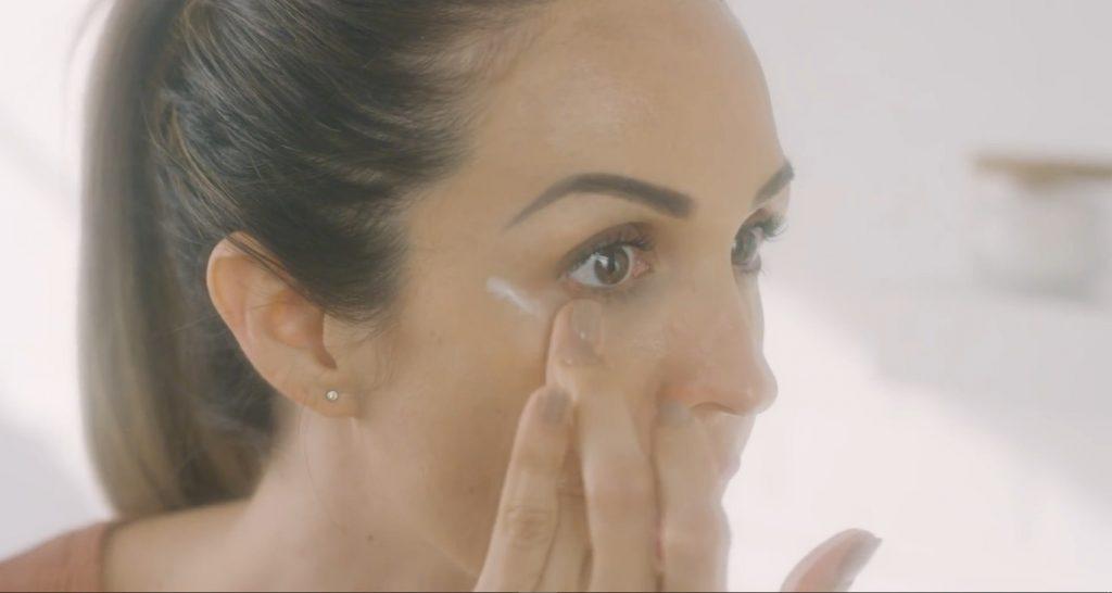 Rutina básica de día Mary Kay, un excelente tratamiento para el cuidado de la piel aplicar la crema para el contorno de los ojos