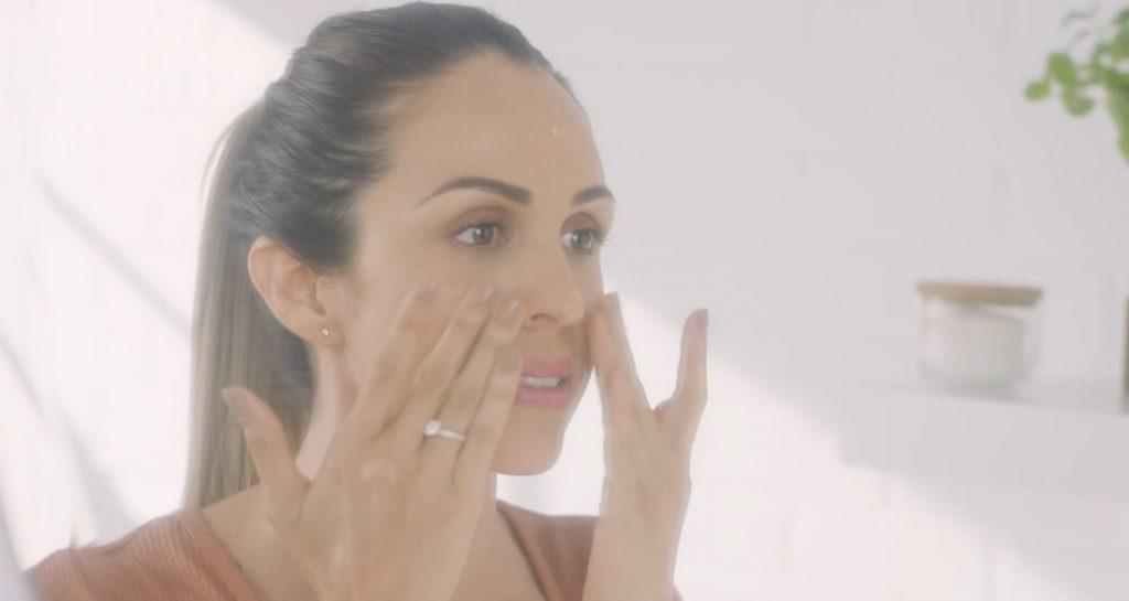 Rutina básica de día Mary Kay, un excelente tratamiento para el cuidado de la piel aplicar la crema facial para el día