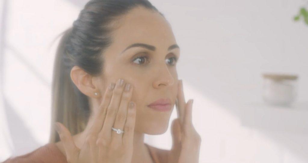 Rutina básica de día Mary Kay, un excelente tratamiento para el cuidado de la piel aplicar la limpiadora facial