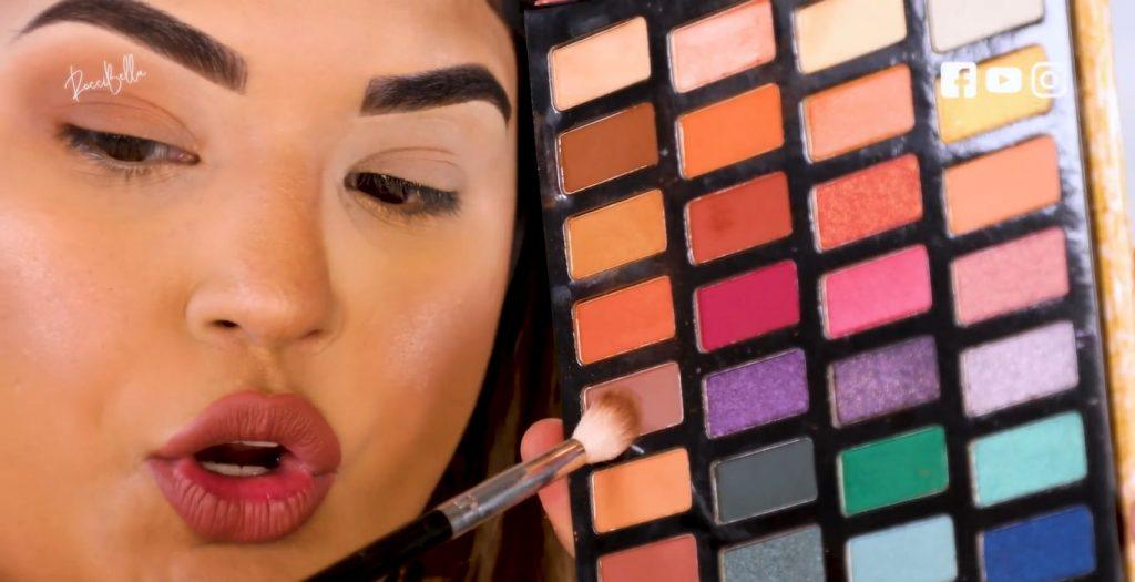 Aprende a aplicar las sombras para un maquillaje de noche, de la mano de Roccibella tercer tono de transición, marrón claro
