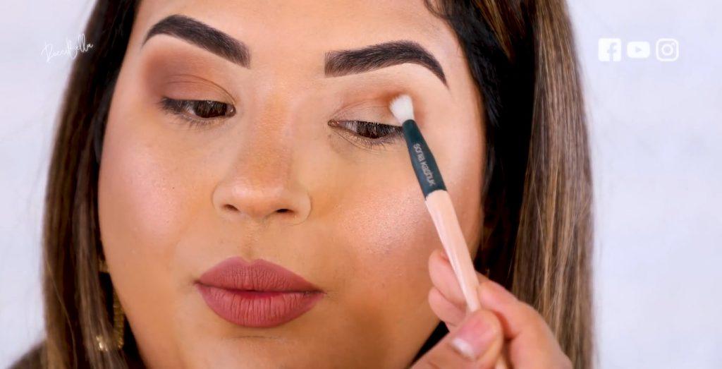Aprende a aplicar las sombras para un maquillaje de noche, de la mano de Roccibella primer tono de transición,ojo normal