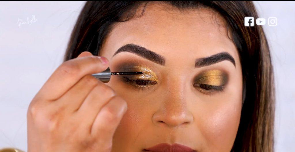 Aprende a aplicar las sombras para un maquillaje de noche, de la mano de Roccibella aplicar sombra líquida con glitter párpado caído