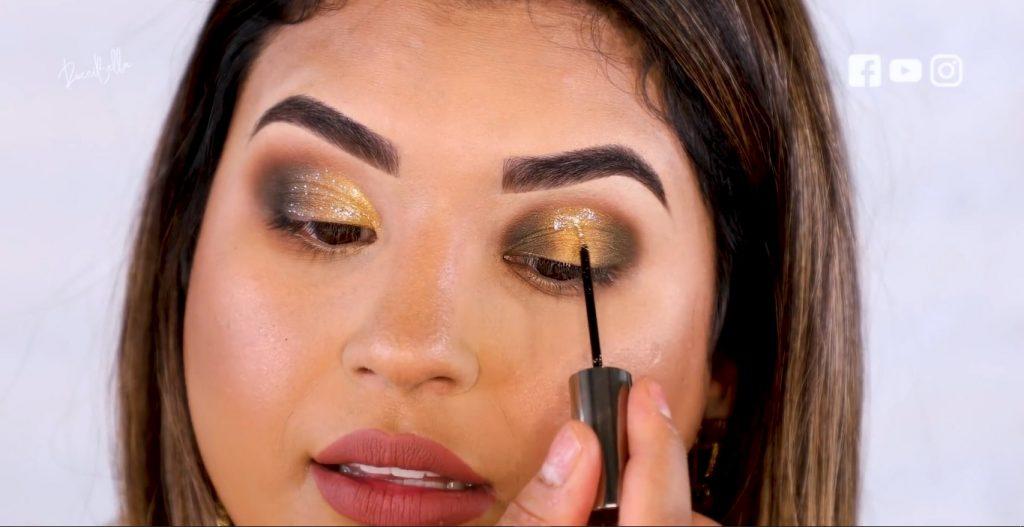 Aprende a aplicar las sombras para un maquillaje de noche, de la mano de Roccibella aplicar sombra con glitter párpado normal