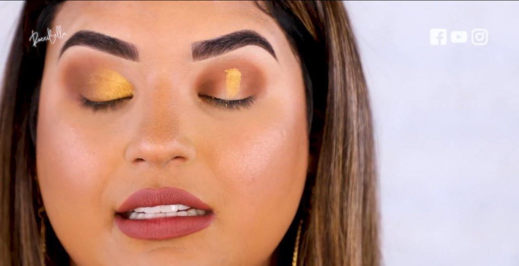 Aprende a aplicar las sombras para un maquillaje de noche, de la mano de Roccibella sombra dorada, párpado normal