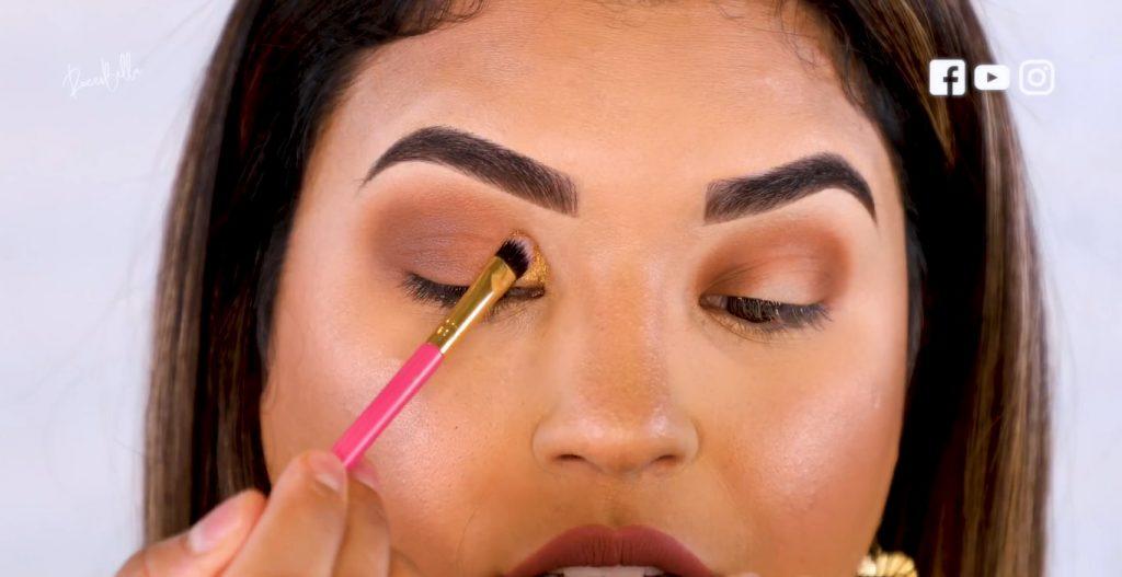 Aprende a aplicar las sombras para un maquillaje de noche, de la mano de Roccibella aplicar sombra párpado caído en tono dorado