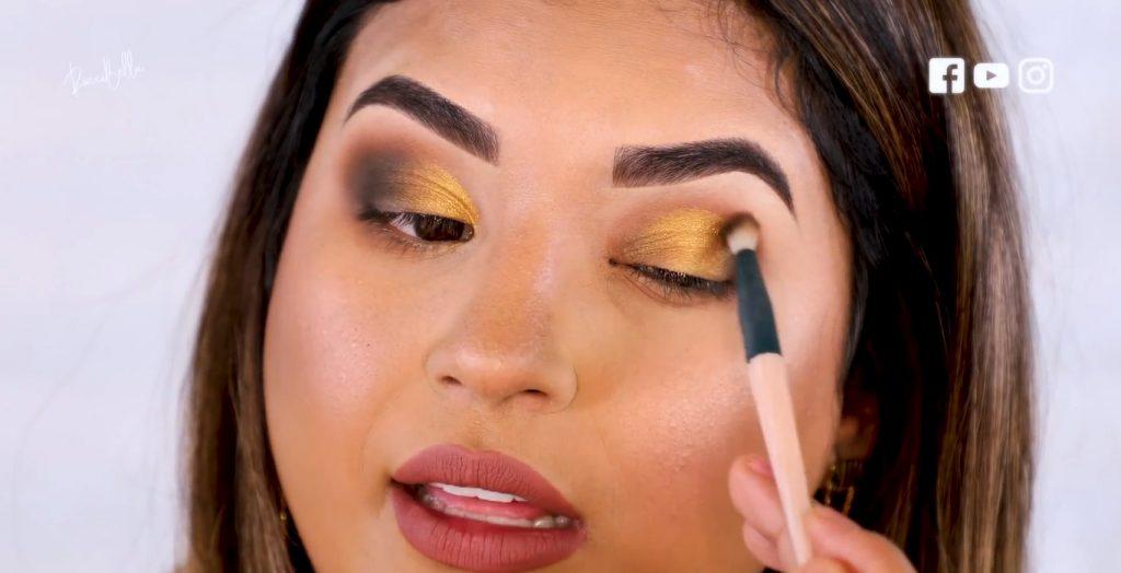 Aprende a aplicar las sombras para un maquillaje de noche, de la mano de Roccibella sombra negra párpado nosmal