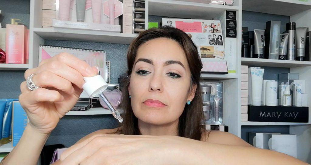 Conoce Mary Kay Naturally, lo mejor para el cuidado de la piel Colocar unas gotitas de Aceite Nutriente en el dorso de su mano