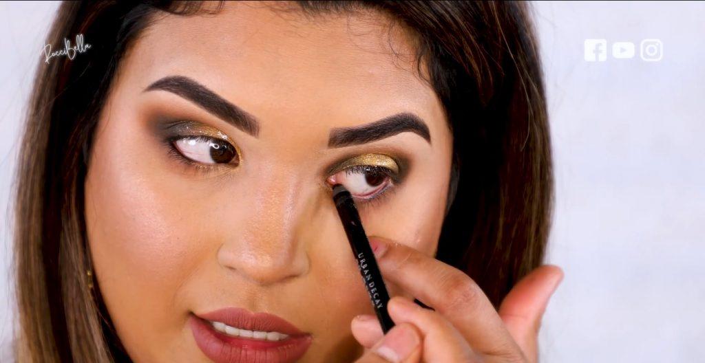 Aprende a aplicar las sombras para un maquillaje de noche, de la mano de Roccibella aplicar delineador en toda la línea de agua