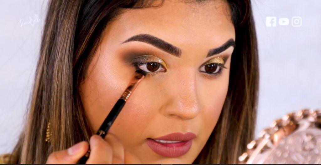 Aprende a aplicar las sombras para un maquillaje de noche, de la mano de Roccibella difuminar el delineado