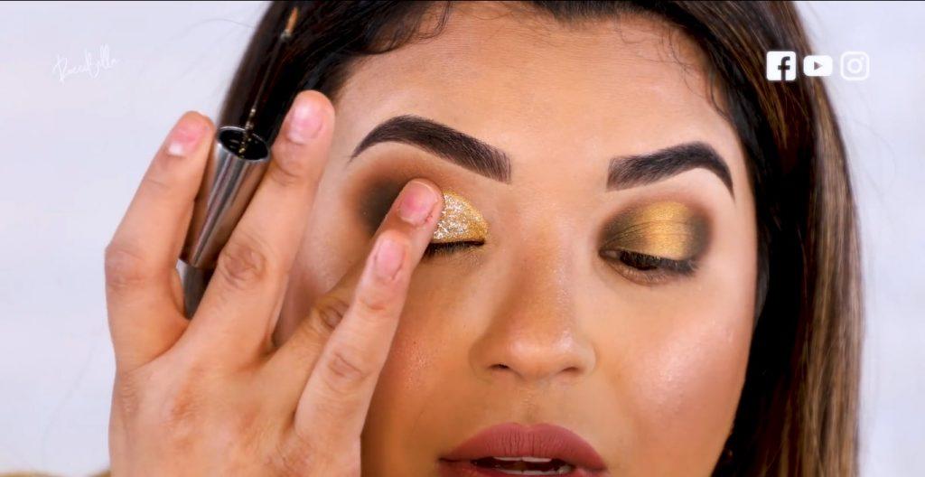 Aprende a aplicar las sombras para un maquillaje de noche, de la mano de Roccibella difuminar la sombra con glitter párpado caído