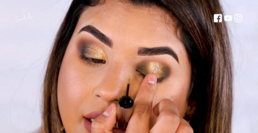 Aprende a aplicar las sombras para un maquillaje de noche, de la mano de Roccibella difuminar sombra con glitter párpado normal