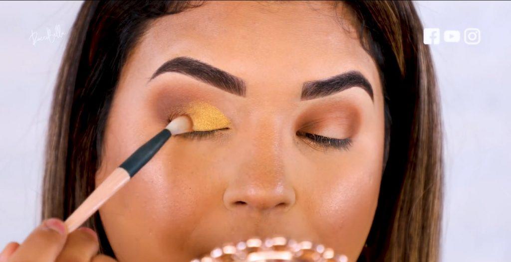 Aprende a aplicar las sombras para un maquillaje de noche, de la mano de Roccibella difuminar sombra en tono dorado