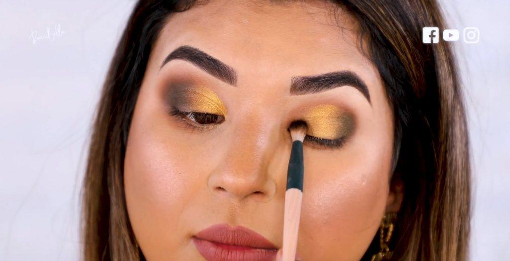 Aprende a aplicar las sombras para un maquillaje de noche, de la mano de Roccibella difuminar sombra negra