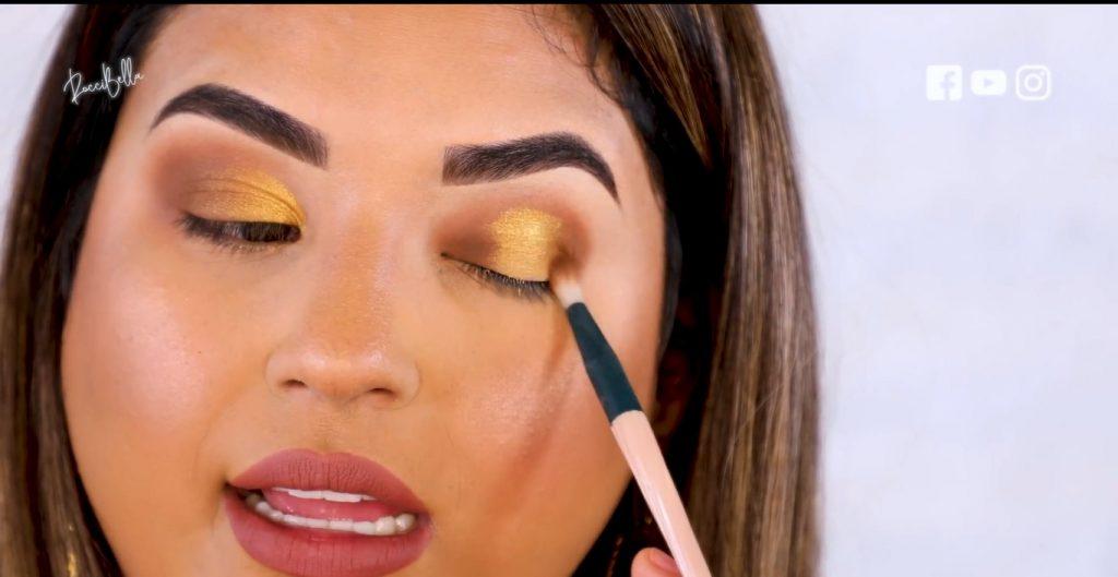 Aprende a aplicar las sombras para un maquillaje de noche, de la mano de Roccibella difuminar sombra dorada
