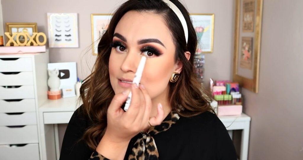 Maquillaje de noche solo con Mary Kay ¡Tutorial! De la mano de Monika Sanchez Aplicar lápiz iridiscente en la línea de agua