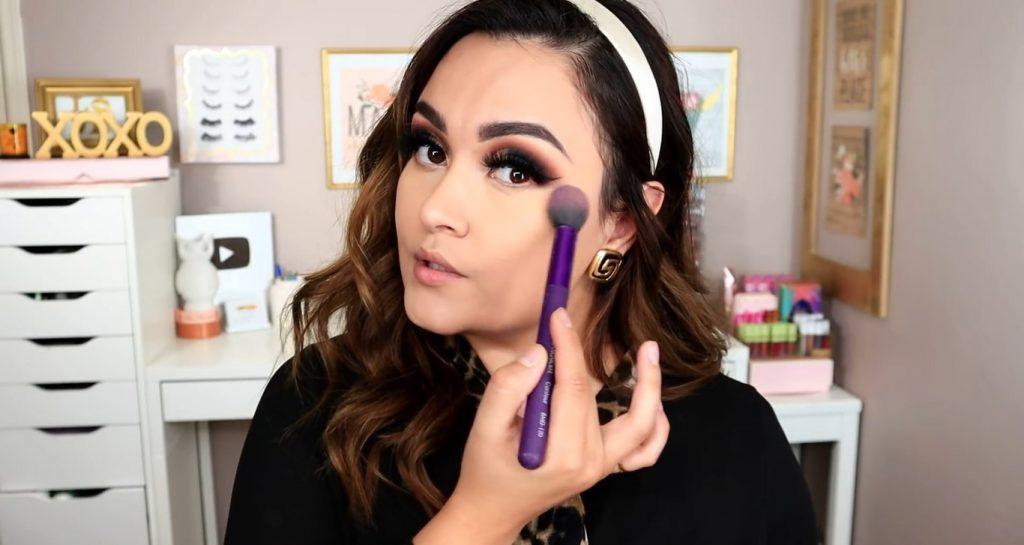 Maquillaje de noche solo con Mary Kay ¡Tutorial! De la mano de Monika Sanchez Aplicar los polvos sueltos minerales para sellar el corrector
