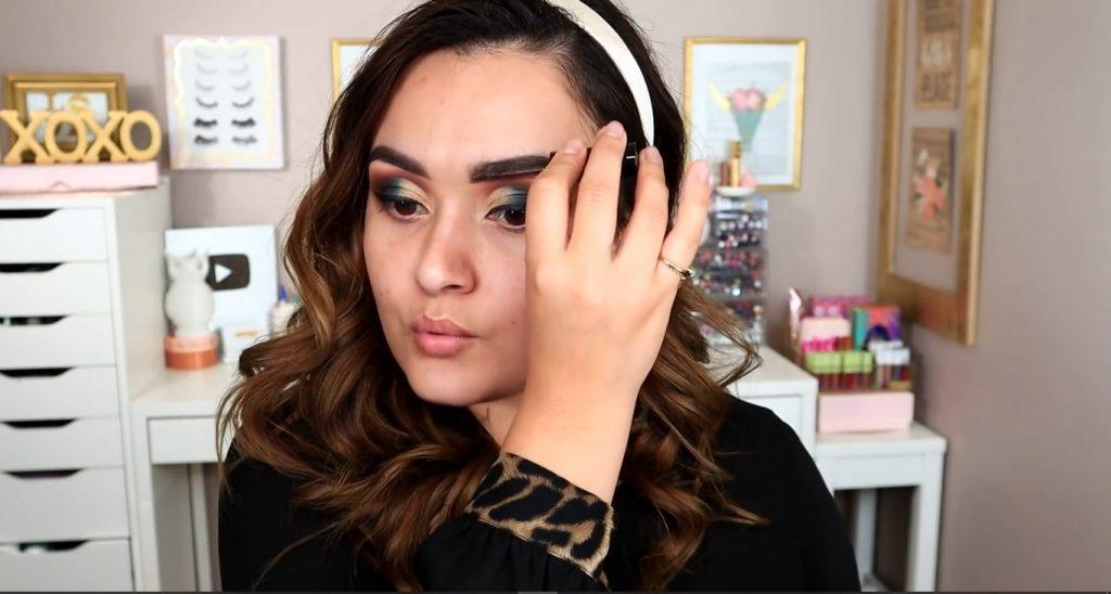 Maquillaje de noche solo con Mary Kay ¡Tutorial! De la mano de Monika Sanchez aplicar el gel voluminizador para cejas