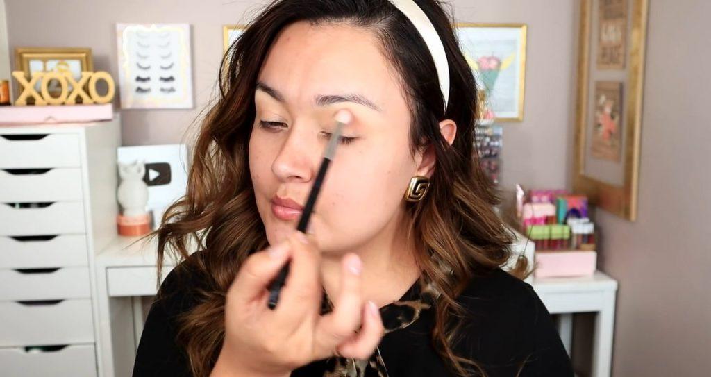 Maquillaje de noche solo con Mary Kay ¡Tutorial! De la mano de Monika Sanchez aplicar sombra tono rosa como primer tono de transición