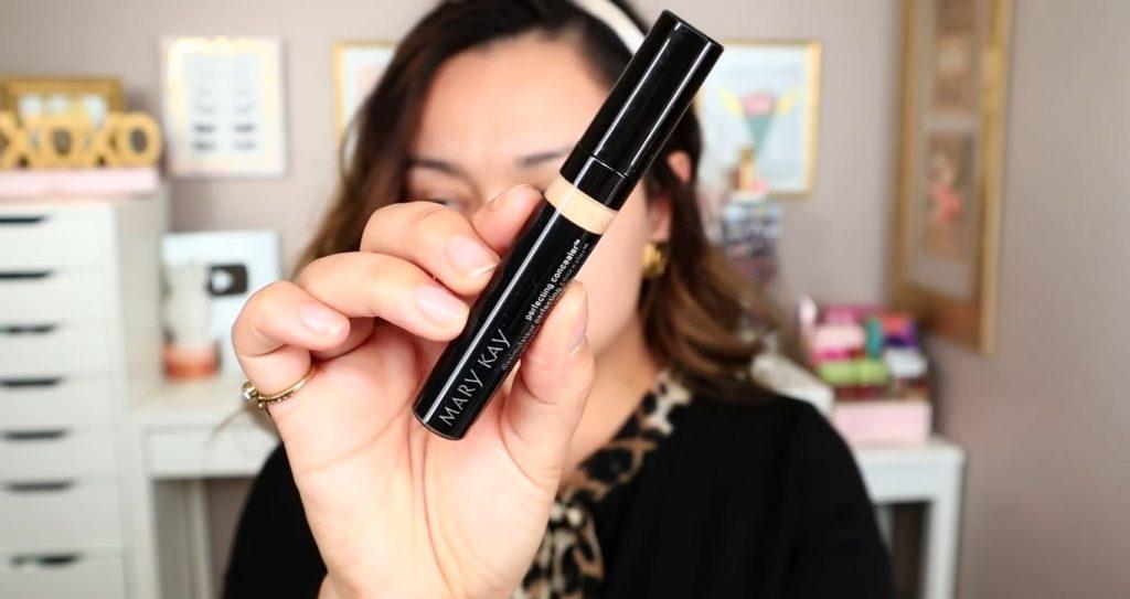 Maquillaje de noche solo con Mary Kay ¡Tutorial! De la mano de Monika Sanchez corrector para los párpados