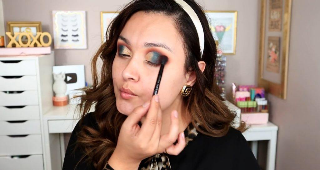 Maquillaje de noche solo con Mary Kay ¡Tutorial! De la mano de Monika Sanchez Difuminar el tono verde