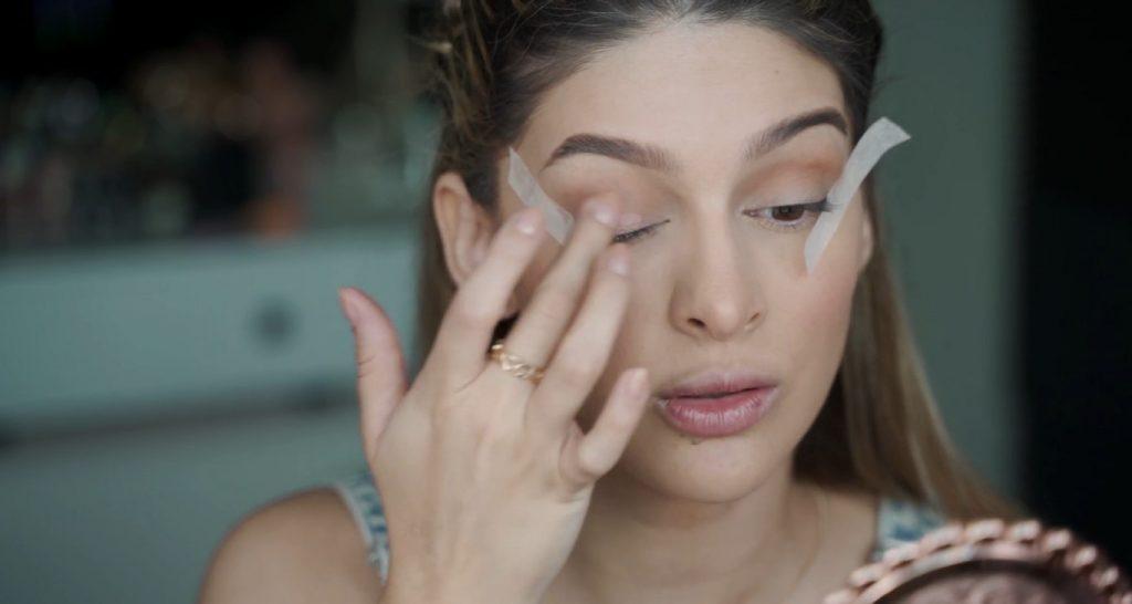 Maquillaje para principiantes paso a paso con Mariana Zambrano Aplicar sombra rosa marca NARS